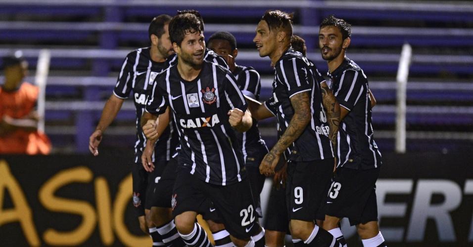 jogadores-do-corinthians-comemoram-o-gol-marcado-pelo-zagueiro-felipe-na-partida-contra-diante-do-danubio-1426641832810_956x500
