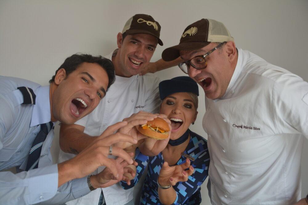 Os-chefs-do-Buzina-Food-Truck-Jorge-Gonzalez-E-e-Márcio-Silva-na-coletiva-de-lançamento-da-parceria-com-Azul-e-LSG-alta
