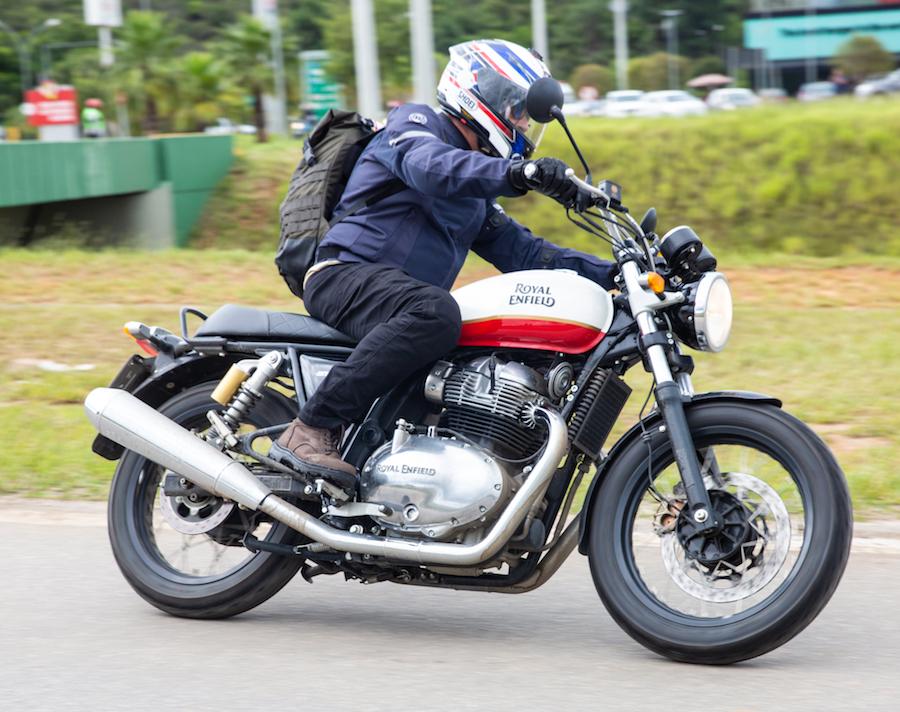 Foto de motociclista dirigindo a moto Interceptor da Royal Enfield