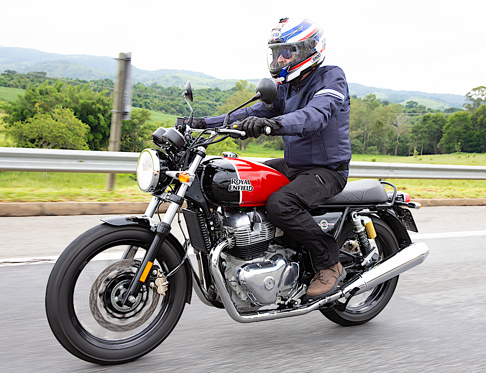 Foto de motorista dirigindo a moto Interceptor 650 da Royal Enfield