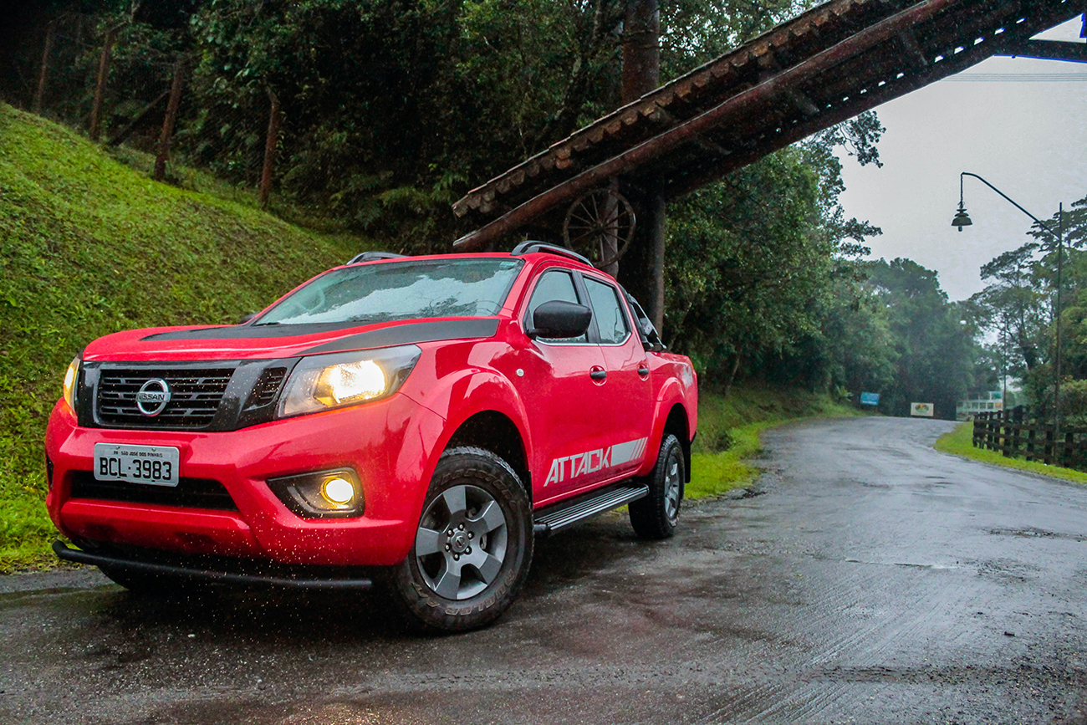 Nissan Frontier Attack na cor vermelha na chuva