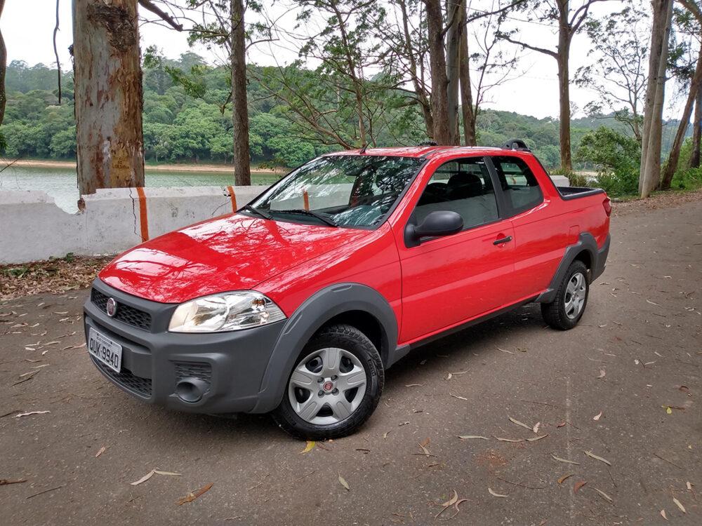 Fiat Strada vermelha vista de frente