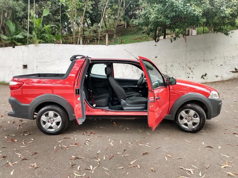 Fiat Strada com as portas abertas, mostrando o interior