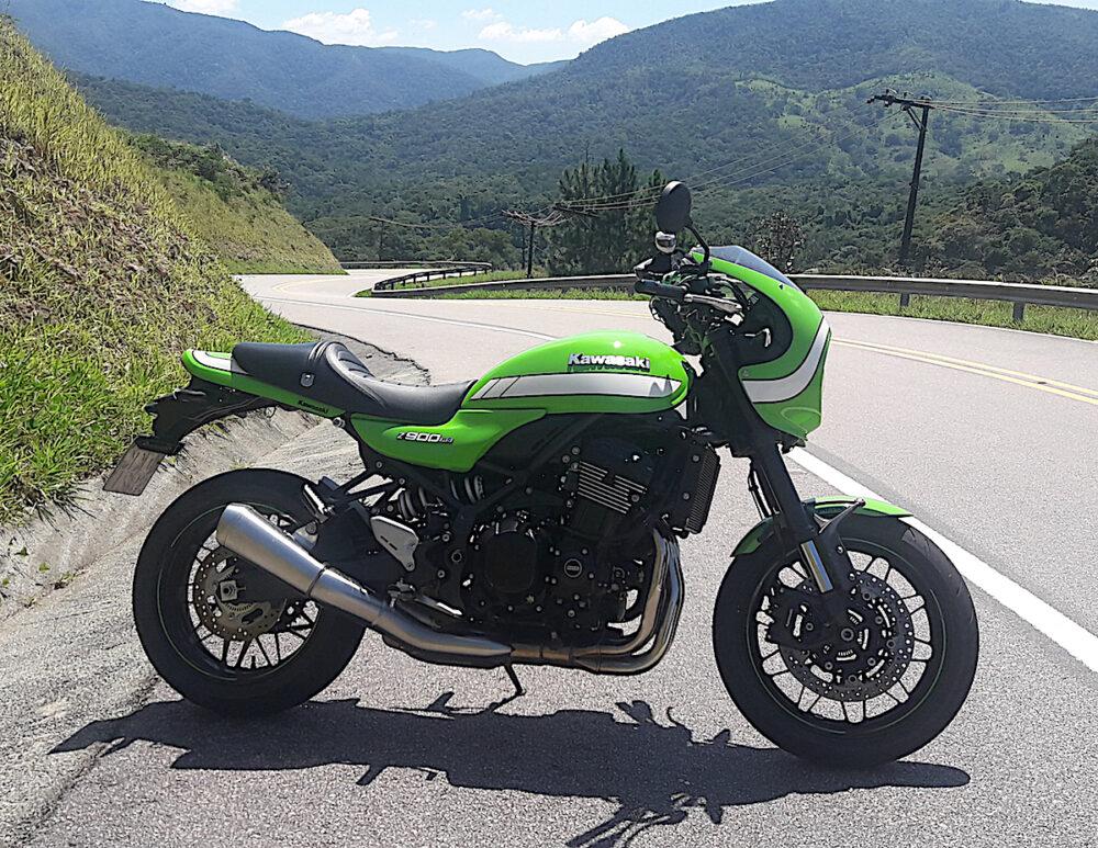 Motocicleta Kawasaki Z900RS Café na estrada