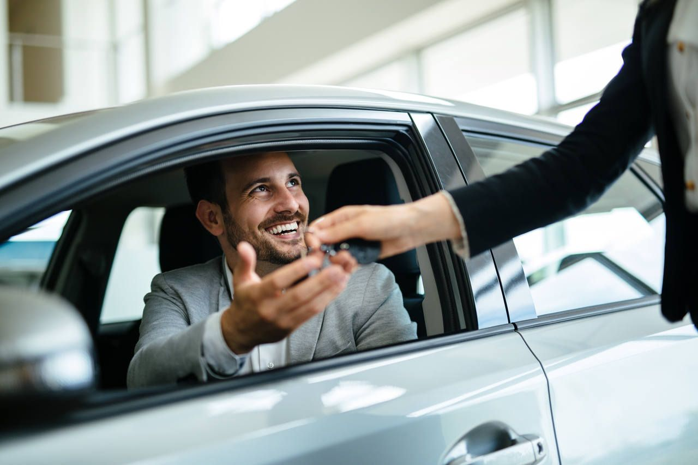 Homem recebendo chave de carro