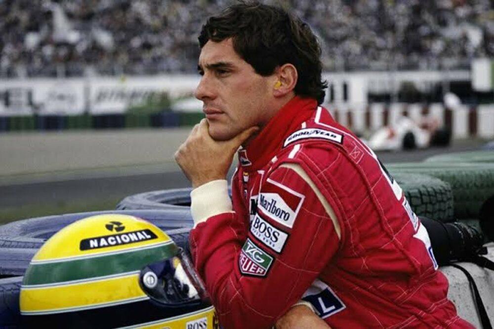 Piloto Ayrton Senna ao lado de seu capacete