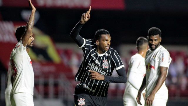 Jô comemora gol no retorno ao Corinthians