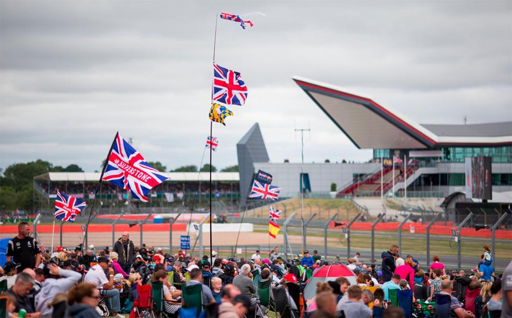 GP de Silverstone, na Inglaterra, com bandeiras do país hasteadas
