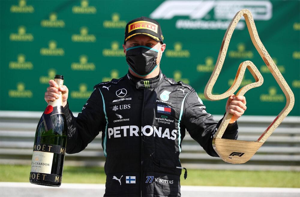 Valtteri Bottas com seu prêmio do GP da Áustria