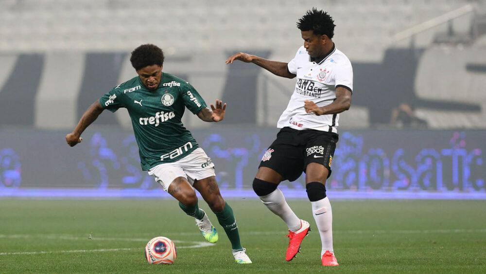 O jogador Luiz Adriano, da SE Palmeiras, disputa bola com o jogador Gil, da SC Corinthians P, durante partida válida pela final, ida, do Campeonato Paulista, Série A1, na Arena Corinthians.