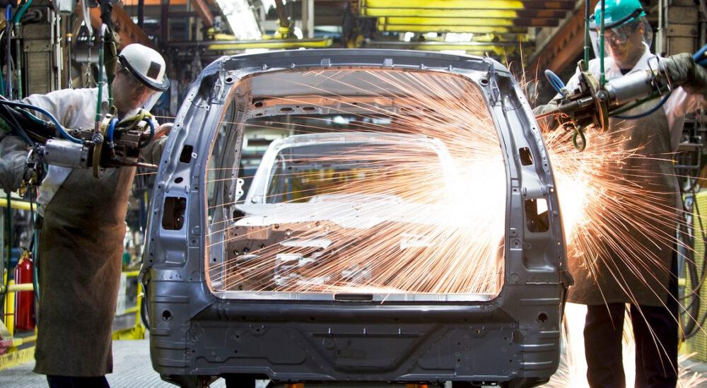 Carro sendo produzido na indústria automotiva