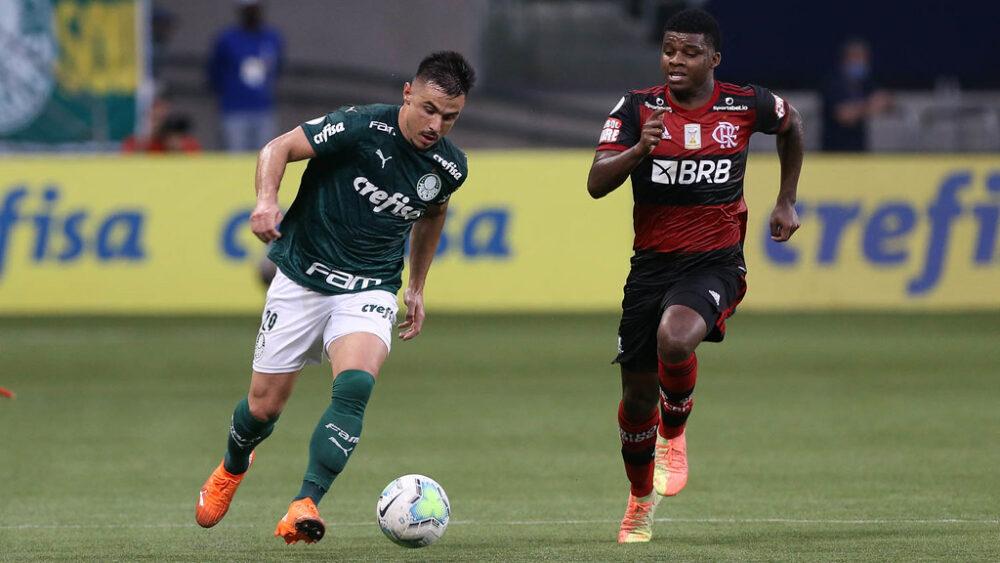 O jogador Willian, da SE Palmeiras, disputa bola com o jogador Lincoln, do CR Flamengo, durante partida válida pela décima segunda rodada, do Campeonato Brasileiro, Série A, na arena Allianz Parque.