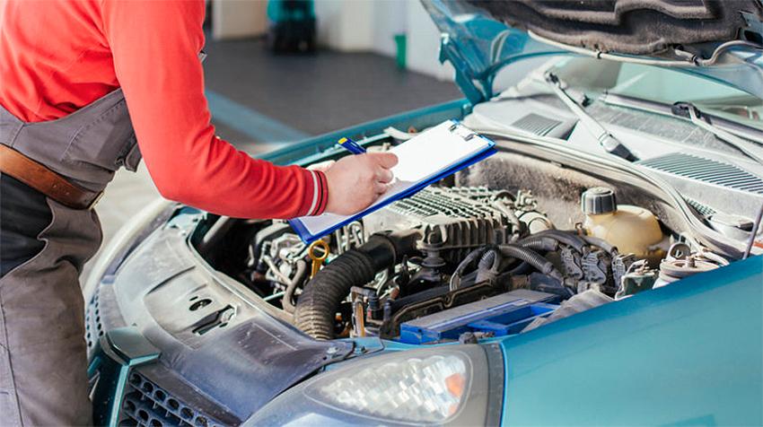 Homem analisando motor de um carro