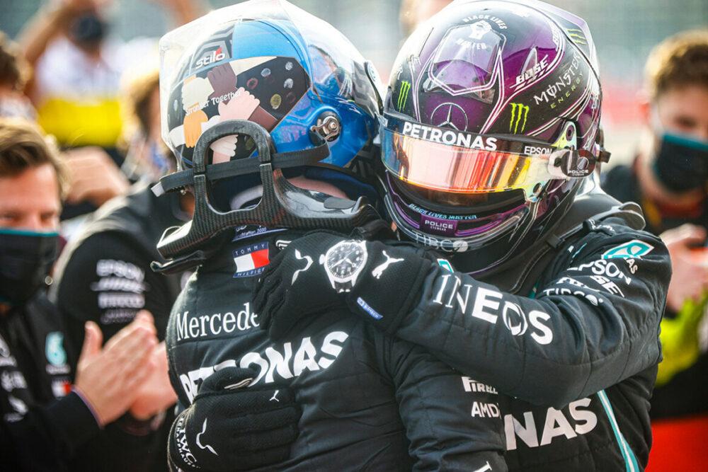 Bottas e Hamilton comemorando o 7º título de construtores da Mercedes