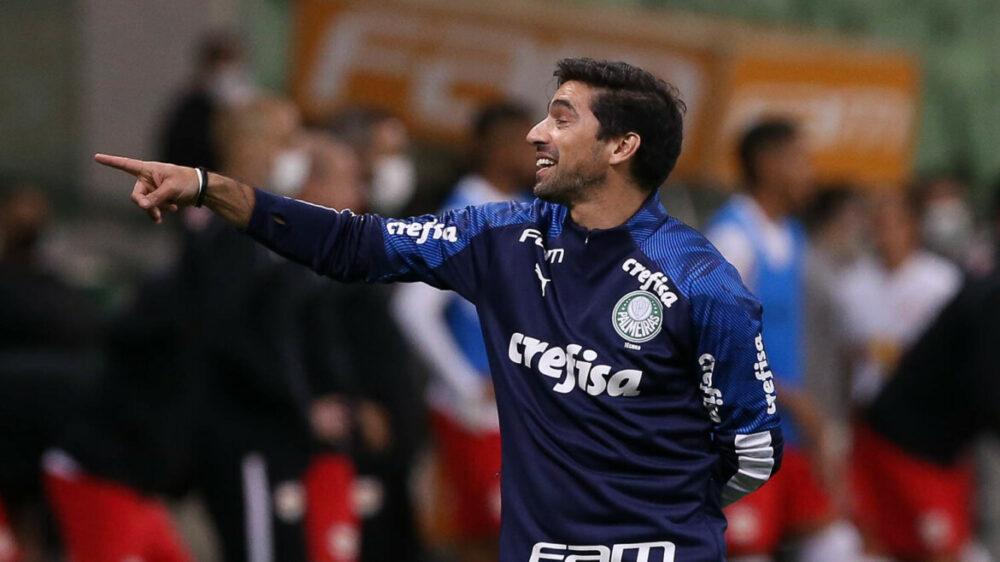 O técnico Abel Ferreira, da SE Palmeiras, em jogo contra a equipe do Red Bull Bragantino, durante partida válida pelas oitavas de final (volta), da Copa do Brasil, na arena Allianz Parque.