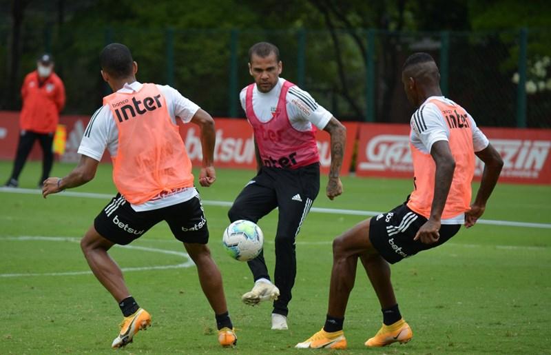 Daniel Alves é destaque do São Paulo contra o Corinthians