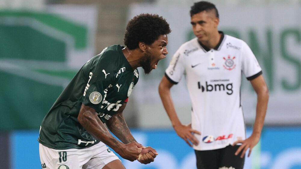 O jogador Luiz Adriano, da SE Palmeiras, comemora seu gol contra a equipe do SC Corinthians P, durante partida válida pela trigésima rodada, do Campeonato Brasileiro, Série A, na arena Allianz Parque.