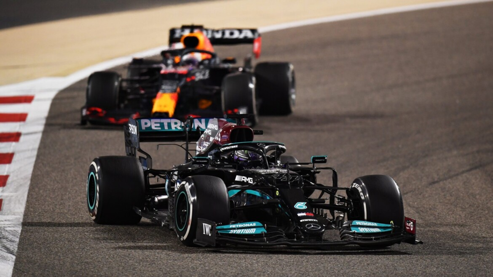 Hamilton e Verstappen na disputa pela liderança no GP do Bahrein