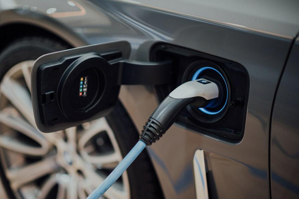 Carro elétrico no carregamento