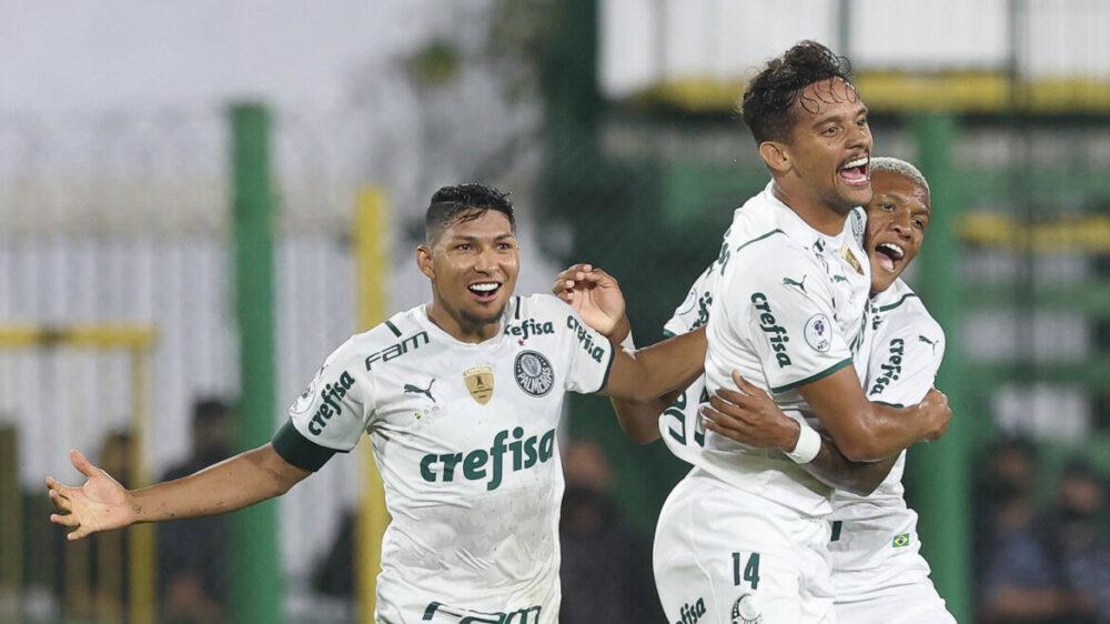 O jogador Gustavo Scarpa, da SE Palmeiras, comemora seu gol contra a equipe do Defensa Y Justicia, durante partida válida pela final, ida, da Recopa, no Estádio Norberto Tito Tomaghello