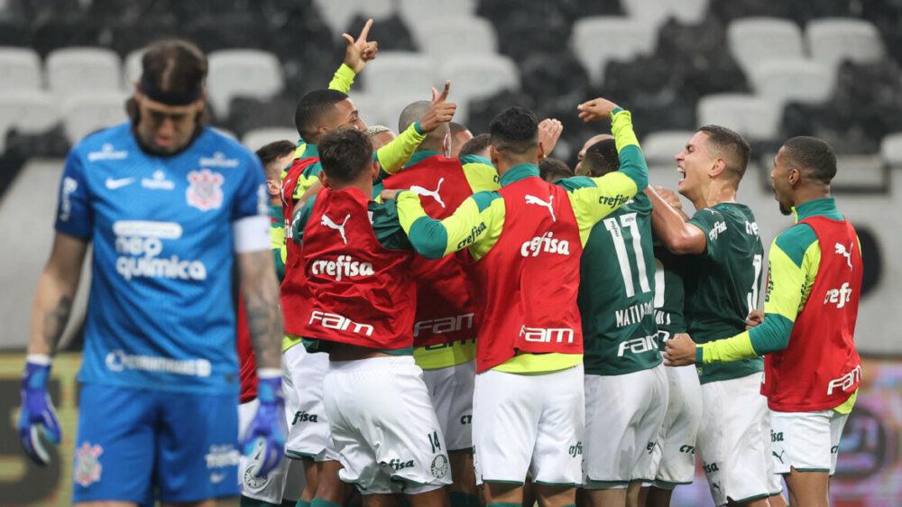 O jogador Luiz Adriano, da SE Palmeiras, comemora seu gol contra a equipe do SC Corinthians P, durante partida válida pela semi final, do Campeonato Paulista, Série A1, na Neo Química Arena