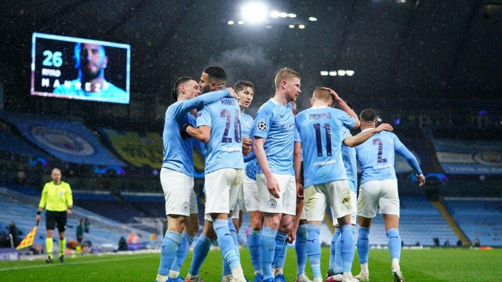 Jogadores do City comemoram o gol de Mahrez