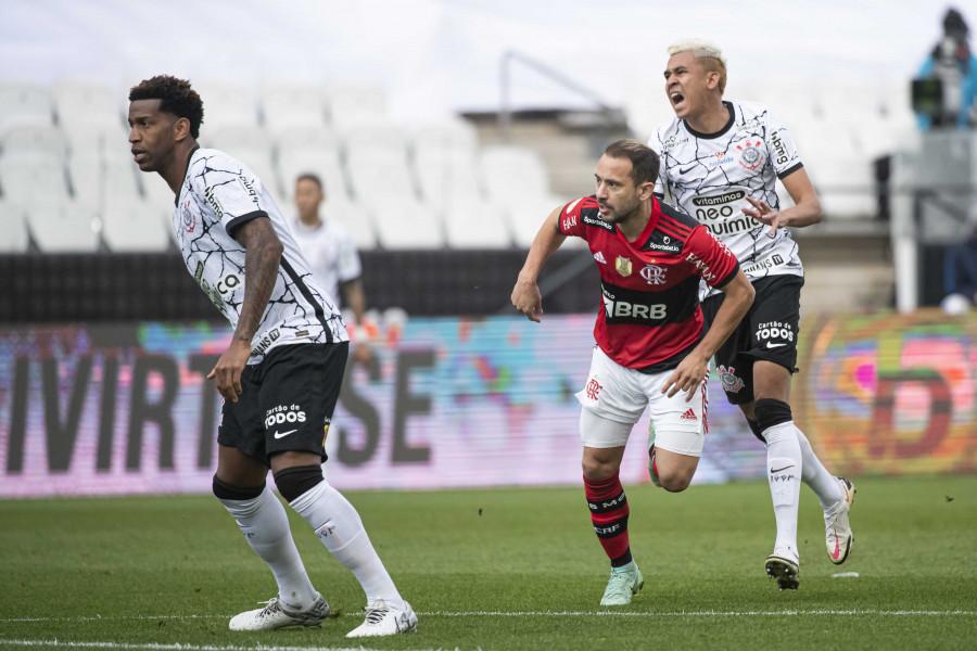 Éverton Ribeiro abriu o placar contra o Corinthians