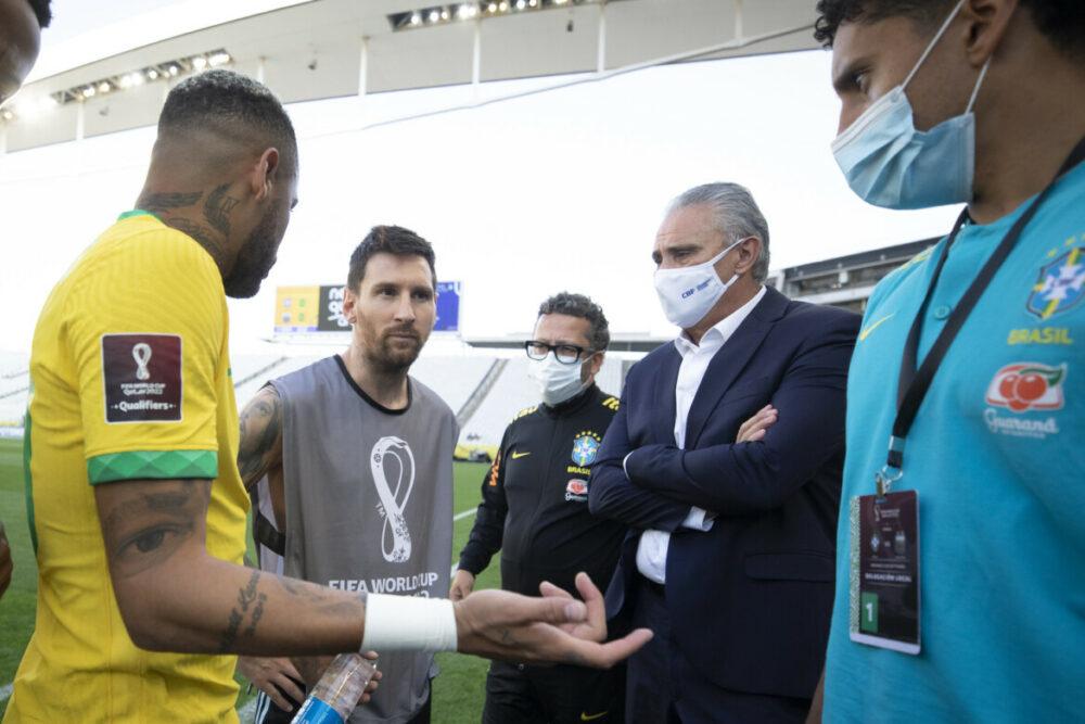Partida ficou paralisada e Messi conversou com brasileiros