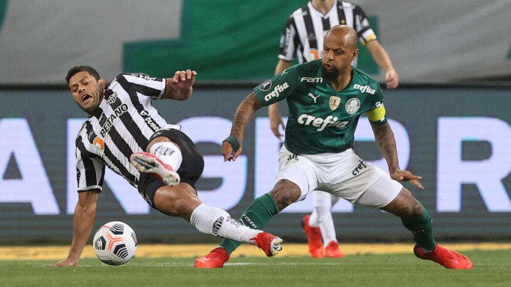 O jogador Felipe Melo, da SE Palmeiras, disputa bola com o jogador Hulk, do C Atlético Mineiro, durante partida válida pelas semifinais, ida, da Copa Libertadores, na arena Allianz Parque.
