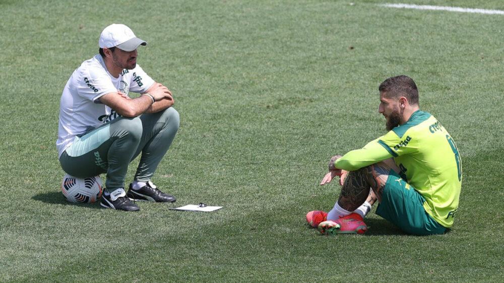 O técnico Abel Ferreira e o jogador Zé Rafael (D), da SE Palmeiras, durante treinamento, na Academia de Futebol.